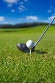 Golf klub s míčem na odpališti