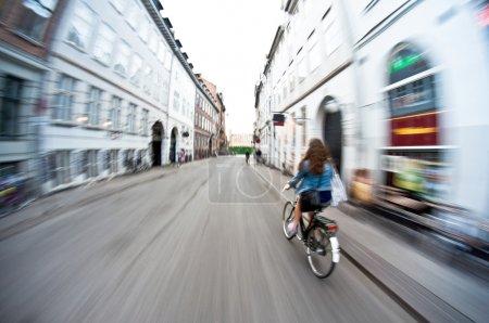 Photo pour Fille sur vélo équitation rapide - flou de mouvement - image libre de droit