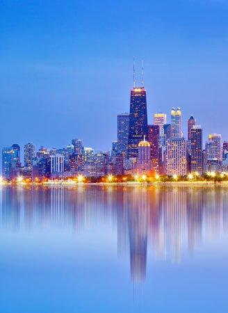 Photo pour Ville de Chicago États-Unis, coucher de soleil panorama coloré skyline du centre-ville avec des bâtiments d'affaires éclairés avec des reflets - image libre de droit