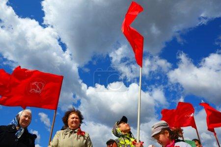 Photo pour Kirichi, la région de Léningrad, en Russie,-mai 1,2012. réunion de l'opposition communiste contre le gouvernement. manifestants exigent le respect des lois constitutionnelles et les garanties sociales pour les citoyens dans le besoin. - image libre de droit