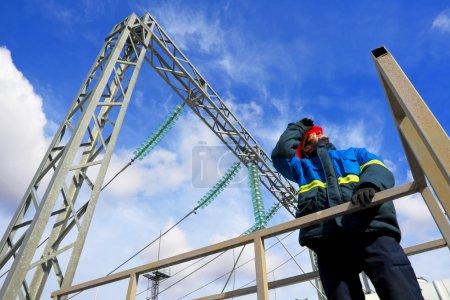 Foto de Trabajos de instalación eléctrica en objetos industriales - Imagen libre de derechos