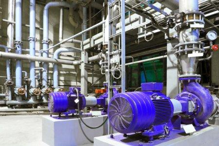 Photo pour Moteurs électriques des pompes à l'usine - image libre de droit