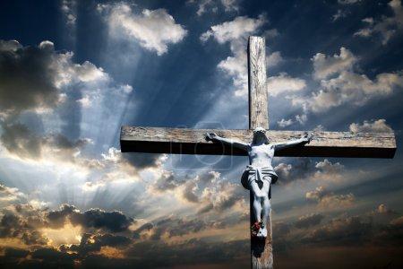 Photo pour Croix de Jésus-Christ contre le beau ciel - image libre de droit