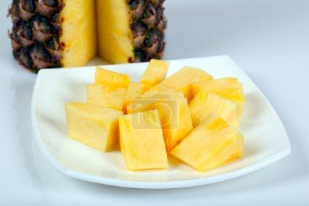 Photo pour Ananas sur assiette - image libre de droit