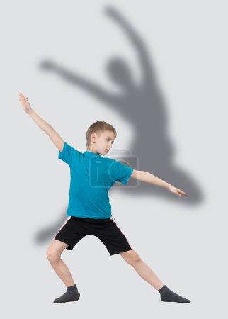 garçon réchauffe avec la silhouette de danseuse derrière lui
