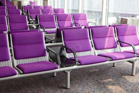 Foto de Fila de silla púrpura en el aeropuerto, en asia, china, H - Imagen libre de derechos