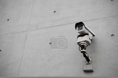 Photo pour Caméra de sécurité surveillance avec ciment béton grunge mur dans la ville - image libre de droit