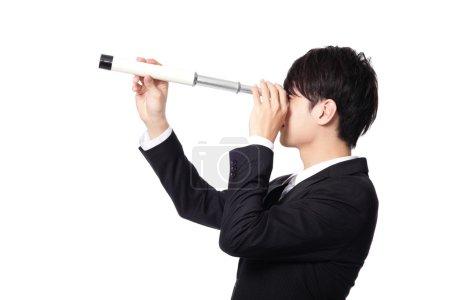 Photo pour Homme d'affaires avec télescope (longue-vue) impatient de perspectives pour la future entreprise. isolé sur fond blanc, modèle asiatique - image libre de droit