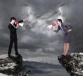 Obchodní muž a žena křičí na sebe