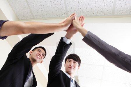 Photo pour Succès du groupe de gens d'affaires célébrant avec les mains donnant haute cinq au bureau, les gens asiatiques - image libre de droit