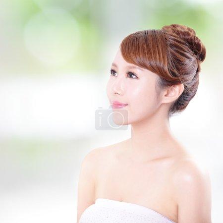 Photo pour Portrait de la femme avec la beauté visage et une peau parfaite et elle a coup d'oeil à l'espace de copie vide, isolé sur fond vert, modèle asiatique - image libre de droit
