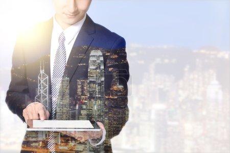 Foto de Hombre de negocios con tableta digital de la ciudad la noche horizonte, asia, china, hong kong - Imagen libre de derechos