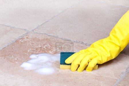 Photo pour Tuile de nettoyage des mains avec éponge - image libre de droit