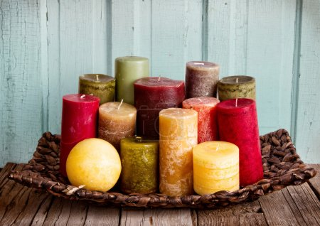 Photo pour Collection de bougies décoratives sur un fond rustique en bois antique - image libre de droit