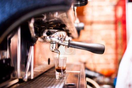Photo pour Cafetière expresso au pub, bar, restaurant - image libre de droit