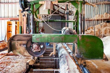 Photo pour Usine de production de bois industriel scierie à ruban servant à couper une bille de cèdre en bois de dimensions - image libre de droit