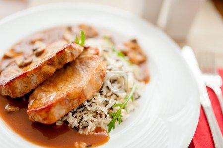 Photo pour Côtelette de porc grillée et riz comme plat principal, repas de restaurant chic - image libre de droit