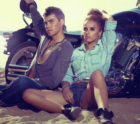 Foto de Dos y moto - moda mujer y hombre sentado en moto y descansando. concepto de aventura y vacaciones - Imagen libre de derechos