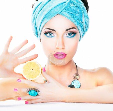 Photo pour Une alimentation saine et la notion de santé. nutrition. beauté sexy femme tenant citron frais. naturel de la peau propre et lisse. - image libre de droit
