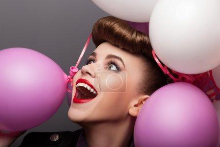 Photo pour Woamn heureux avec des ballons à air chaud s'amuser - expression - image libre de droit