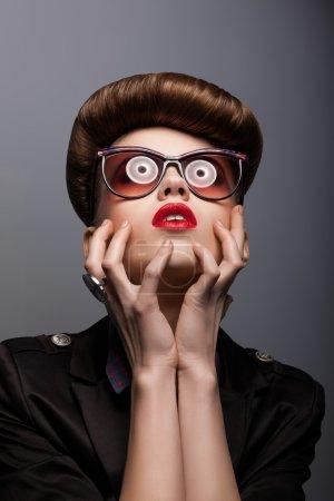 Photo pour Parodie. Portrait de Mimic Woman dans les lunettes du futur - Fantaisie - image libre de droit