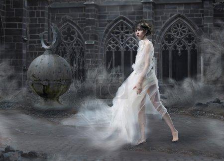 Photo pour Mystère. Silhouette de femme magique dans le vieux château fumé. Scène antique mystique - image libre de droit