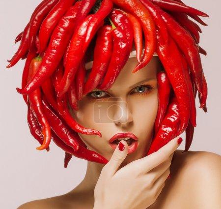 Photo pour Glamour. Piment sur le visage de la femme brillante. Concept créatif - image libre de droit