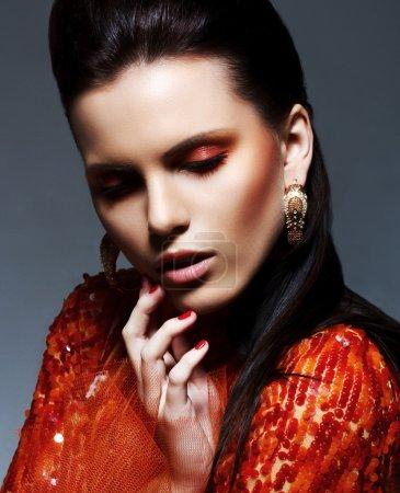 Photo pour Inspiration. Brunette sensuelle en robe Magenta brillant en Reverie. Sparkle & Glitter - image libre de droit