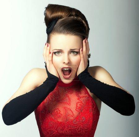Photo pour Émotions expressives. Le visage de la femme perplexe avec la bouche ouverte. regard - image libre de droit