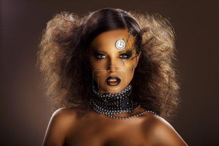 Fantasía. Cara de bronce de la hermosa mujer con reloj de plata y llaves. Art.