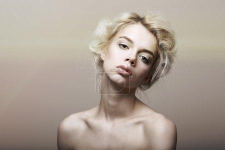 Photo pour Caractère. individualité. femme de véritables cheveux blonds sentimental rêver - image libre de droit