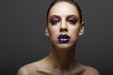 Photo pour Glam. Femme ambitieuse chic avec un maquillage brillant brillant. Élégance - image libre de droit