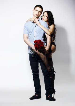 Photo pour Allument. Couple romantique affectueux avec bouquet de fleurs - image libre de droit