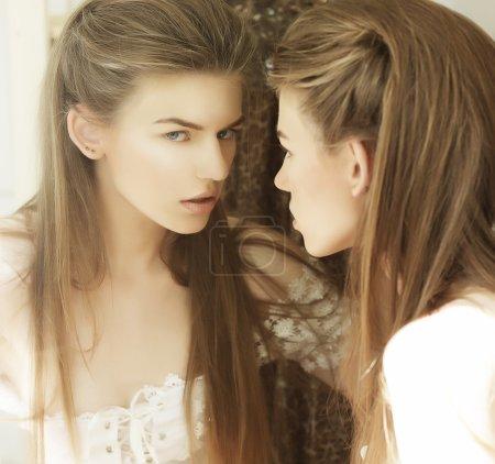 Photo pour Illusion. image de belle femme devant un miroir - image libre de droit