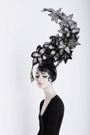 Photo pour Concept créatif. Portrait de femme futuriste dans l'art coiffure fabuleuse - image libre de droit