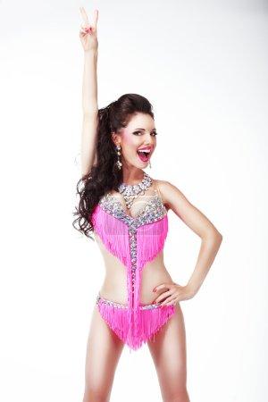Photo pour Le gagnant. Jubilant femme montrant signe de victoire et sourire - image libre de droit