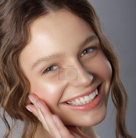 Photo pour Sincère victoire sourire. Visage de joyeuse jeune femme agréable - image libre de droit