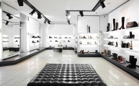 Foto de Tienda de zapatos grande brillante con nueva colección - Imagen libre de derechos