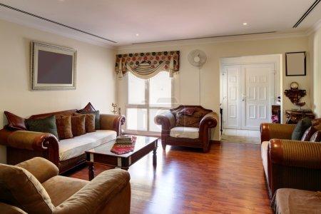 Photo pour Grand et lumineux intérieur de salon moderne - image libre de droit