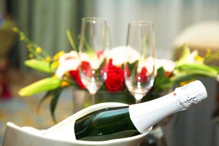 Photo pour Champagne de mariage avec verre et bouquet en studio shoot . - image libre de droit