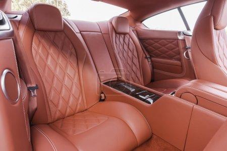 Photo pour Sièges arrière rouge en voiture confortable de luxe moderne - image libre de droit