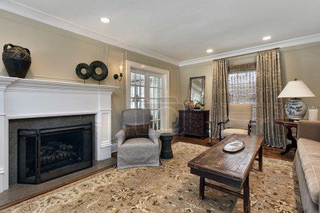 Photo pour Séjour en maison haut de gamme avec cheminée - image libre de droit