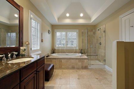 Photo pour Salle de bain principale avec comptoir de granit de douche verre - image libre de droit