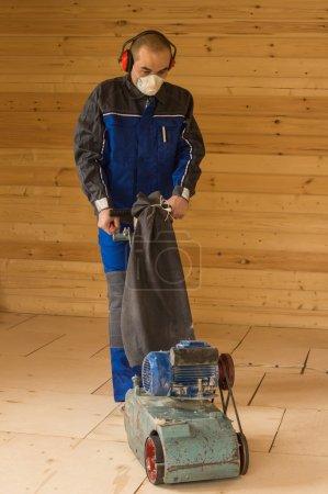 Photo pour Menuisier préparer sous-sol pour la pose de parquet . - image libre de droit