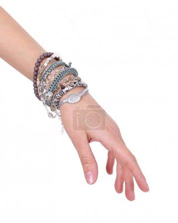 Foto de Colección de pulseras en mano de mujer aislado sobre fondo blanco - Imagen libre de derechos