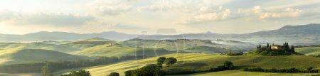 Photo pour Vue panoramique de la maison Belvédère dans les collines de Toscane Italie à San Quirico d'Orcia - image libre de droit