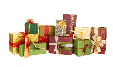 Photo pour Groupe de Noël présente joliment décorées avec des arcs et des plumes - image libre de droit