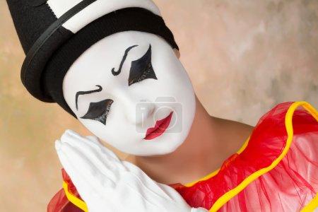 Photo pour Triste ou grave clown agissant sous le déguisement de perroquet - image libre de droit