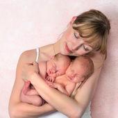 Zart Mutter mit neugeborenen Zwillinge