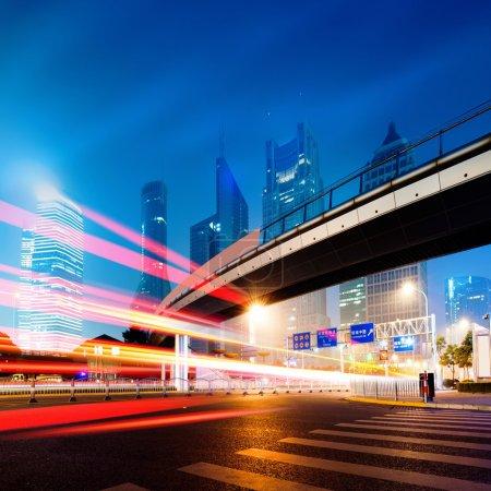 Photo pour Zone de lujiazui finance et le commerce de l'arrière-plan de nuit de la ville moderne de Shanghai - image libre de droit